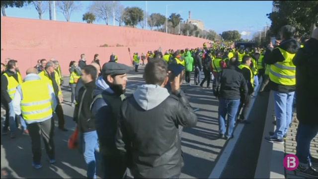 Taxistes+de+Barcelona+salten+un+cord%C3%B3+de+la+Gu%C3%A0rdia+Civil+durant+la+jornada+de+vaga+contra+els+VTC