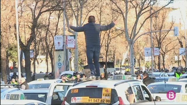 Els+taxistes+col%C2%B7lapsen+Madrid+el+vuit%C3%A8+dia+de+vaga