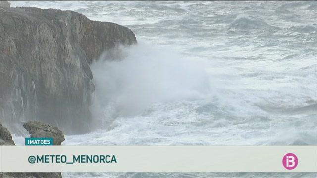 Av%C3%ADs+taronja%2C+onades+de+7+metres+i+el+port+de+Ciutadella+tancat%2C+balan%C3%A7+del+temporal+a+Menorca