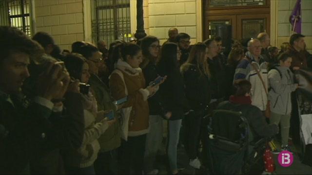 Centenars+de+ve%C3%AFnats+de+Sabadell+surten+al+carrer+per+mostrar+el+seu+rebuig+a+la+violaci%C3%B3+en+grup+d%27una+jove+de+18+anys