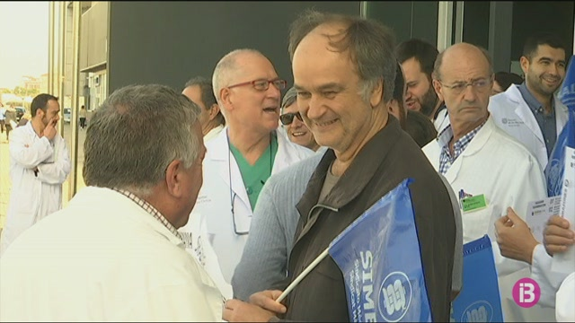 Una+trentena+de+metges+es+manifesten+a+les+portes+del+Mateu+Orfila+per+reclamar+millores