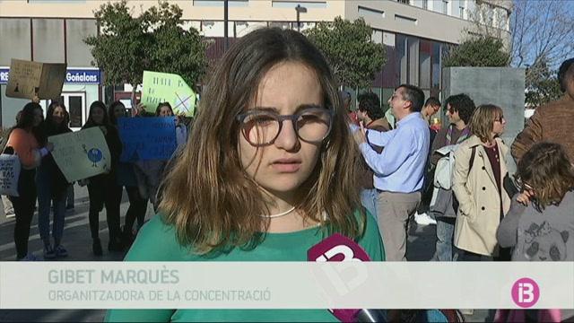 Un+centenar+d%27estudiants+es+manifesten+contra+el+canvi+clim%C3%A0tic+davant+del+Consell
