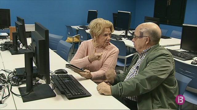 La+gent+gran+de+Menorca+apr%C3%A8n+a+utilitzar+les+noves+tecnologies