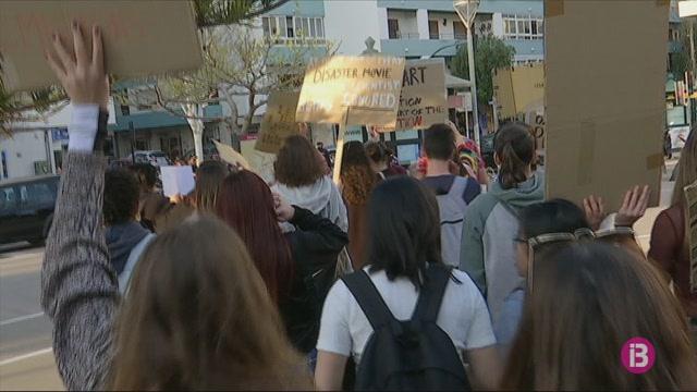 Mig+centenar+de+joves+es+manifesta+contra+el+canvi+clim%C3%A0tic+a+Eivissa