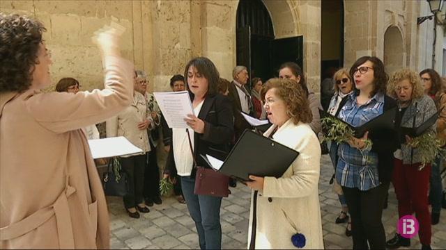 Centenars+de+persones+participen+a+la+bene%C3%AFda+de+palmes+i+brots+d%27olivera+a+Ciutadella
