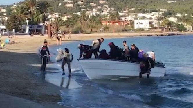 15+migrants+arriben+en+pastera+a+Talamanca+tirant+bengales+davant+la+sorpresa+dels+banyistes