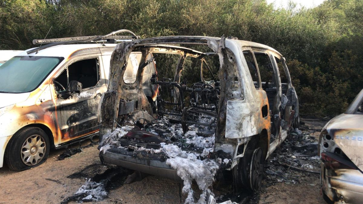 Cremen+tres+vehicles+a+un+solar+de+Sant+Llu%C3%ADs