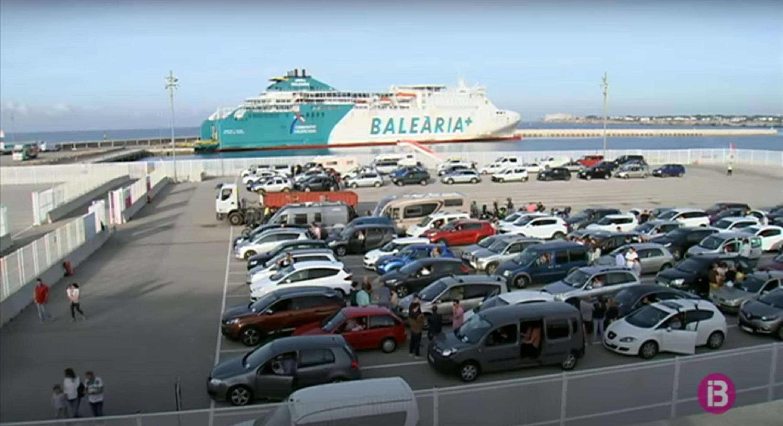 Centenars+de+residents+a+Mallorca+omplen+els+vaixells+per+passar+el+cap+de+setmana+a+Menorca