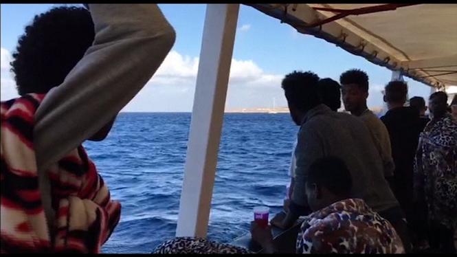 L%27Open+Arms+entra+en+aig%C3%BCes+italianes+per%C3%B2+els+guardacostes+li+impedeixen+atracar+a+Lampedusa