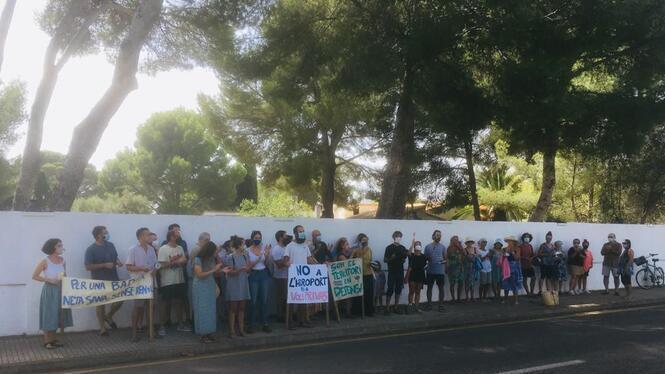 Una+cinquantena+de+persones+es+manifesten+contra+l%26apos%3Barribada+de+nous+hidroavions+al+Port+de+Pollen%C3%A7a