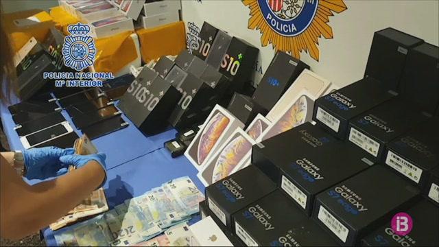 Detingut+un+home+per+vendre+m%C3%B2bils+falsos