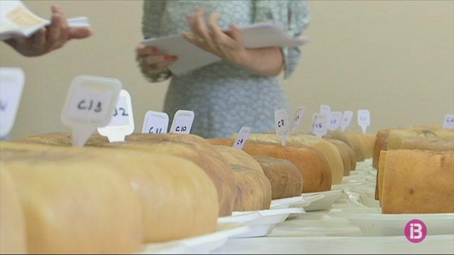 Experts+del+CRDO+del+formatge+de+Ma%C3%B3+tasten+les+millors+fogasses+de+l%27illa