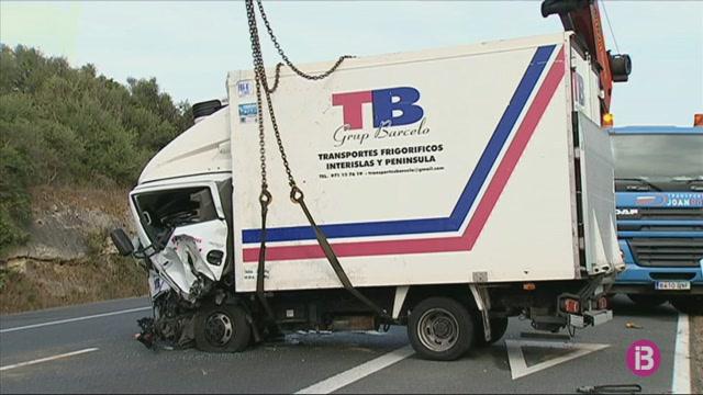 Dos+persones+resulten+ferides+pel+xoc+entre+un+turisme+i+un+cami%C3%B3+a+la+carretera+general+de+Menorca
