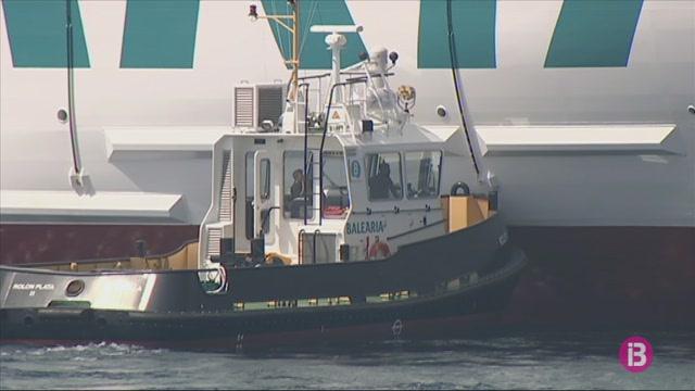 El+vaixell+m%C3%A9s+gran+que+ha+atracat+mai+al+port+exterior+de+Ciutadella+comen%C3%A7a+a+operar