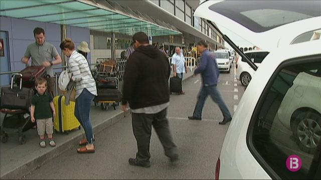 Elite+Taxi+denuncia+que+400+taxis+pirates+i+furgonetes+ofereixen+transport+il%C2%B7legal+aquest+estiu+a+Eivissa