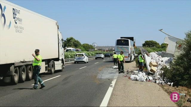 Un+accident+entre+un+autocar+i+un+cami%C3%B3+provoca+retencions+quilom%C3%A8triques+a+l%27autopista+de+Llucmajor