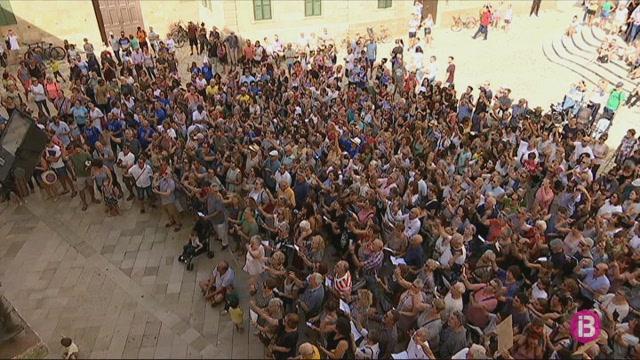 500+persones+canten+pel+clima+a+Menorca+al+ritme+del+Bella+Ciao
