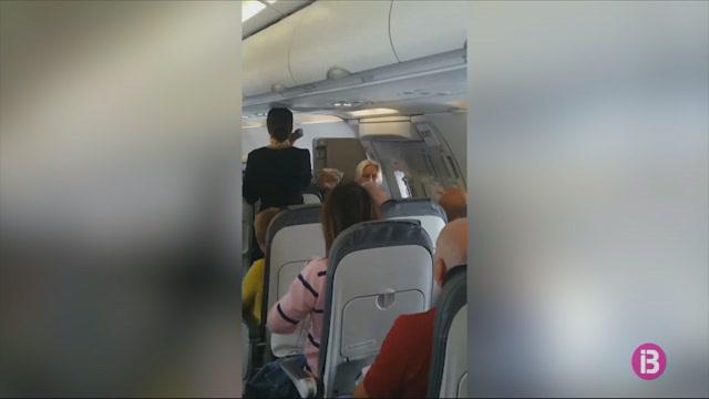 Els+passatgers+d%27un+vol+de+Thomas+Cook+fan+una+col%C2%B7lecta+per+als+seus+tripulants