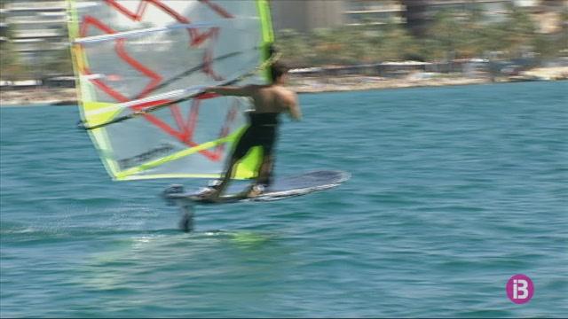 Juli%C3%A1n+L%C3%B3pez%2C+campi%C3%B3+de+la+Volta+a+Formentera+de+windsurf