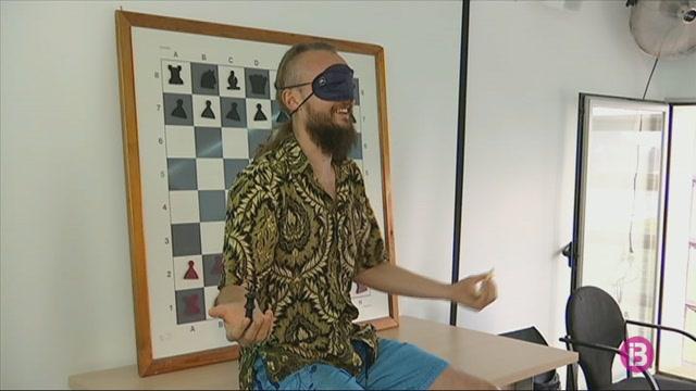 El+millor+escaquista+a+cegues+del+m%C3%B3n+alli%C3%A7ona+a+Sant+Antoni