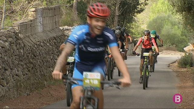 500+ciclistes+de+muntanya+recorren+Menorca+a+cop+de+pedal