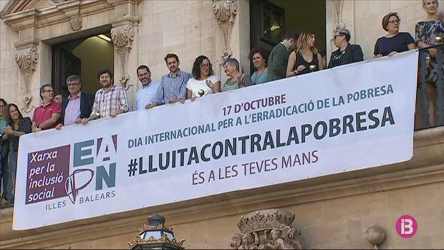 La+Xarxa+per+la+Inclusi%C3%B3+penga+una+bandera+contra+la+pobresa+a+Cort