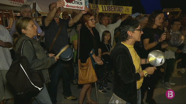 M%C3%A9s+de+500+persones+protesten+a+Menorca+amb+cassolades+contra+la+sent%C3%A8ncia+del+proc%C3%A9s