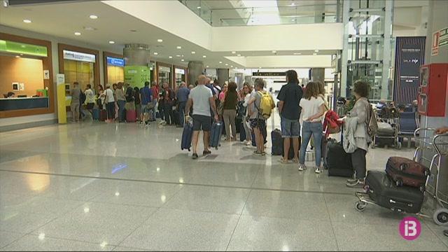 El+bloqueig+a+l%27aeroport+del+Prat+provoca+la+cancel%C2%B7laci%C3%B3+de+6+vols+a+Menorca
