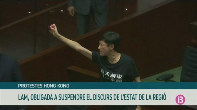 La+cap+de+govern+de+Hong+Kong%2C+obligada+a+suspendre+un+discurs