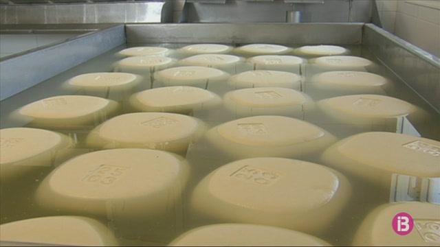 Els+productors+de+formatge+Ma%C3%B3+ajusten+costos+perqu%C3%A8+els+aranzels+de+Trump+no+afectin+el+consumidor