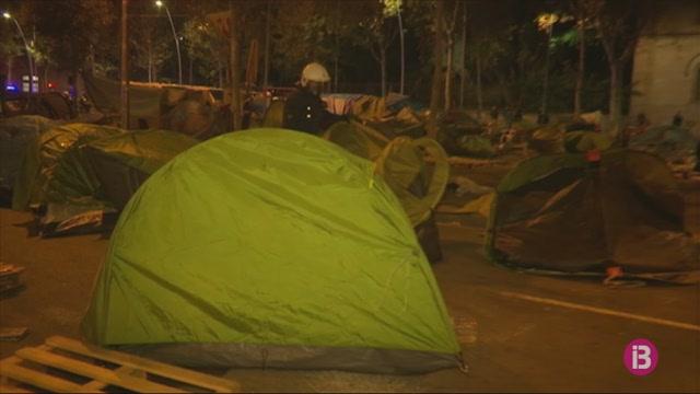 Desallotgen+els+acampats+a+Pla%C3%A7a+Universitat+de+Barcelona