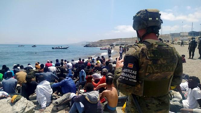 L%26apos%3Bex%C3%A8rcit+es+deplega+per+diverses+zones+de+Ceuta+per+impedir+el+pas+de+migrants