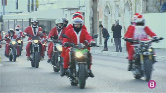 M%C3%A9s+d%27un+centenar+de+motoristes+recorren+Menorca+vestits+de+Pares+Noels