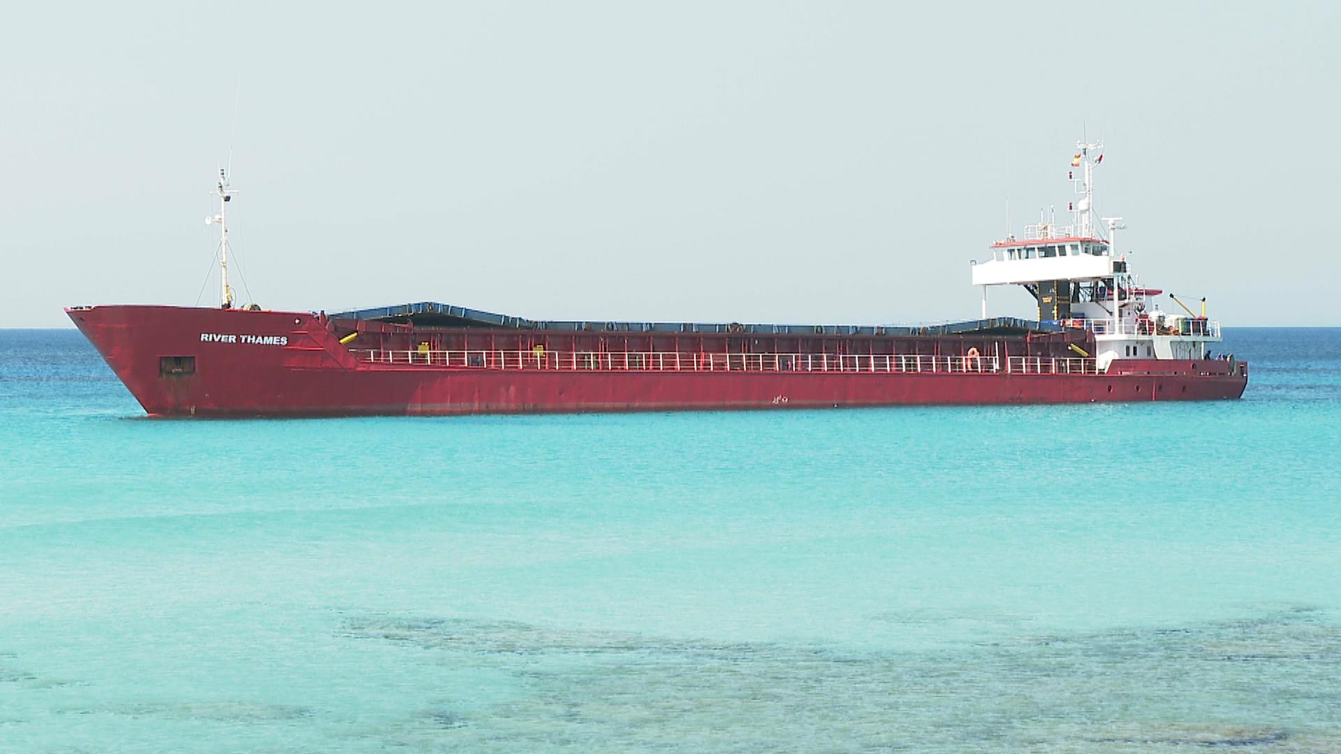 Comencen+les+maniobres+per+reflotar+el+vaixell+encallat+a+Formentera