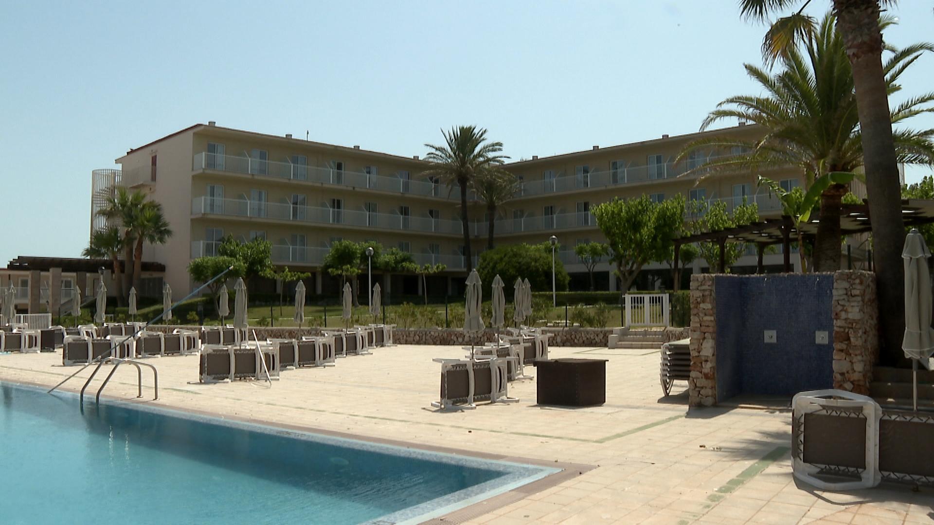 Les+cancel%C2%B7lacions+dels+brit%C3%A0nics+obliguen+als+hotels+de+Menorca+obrir+per+plantes