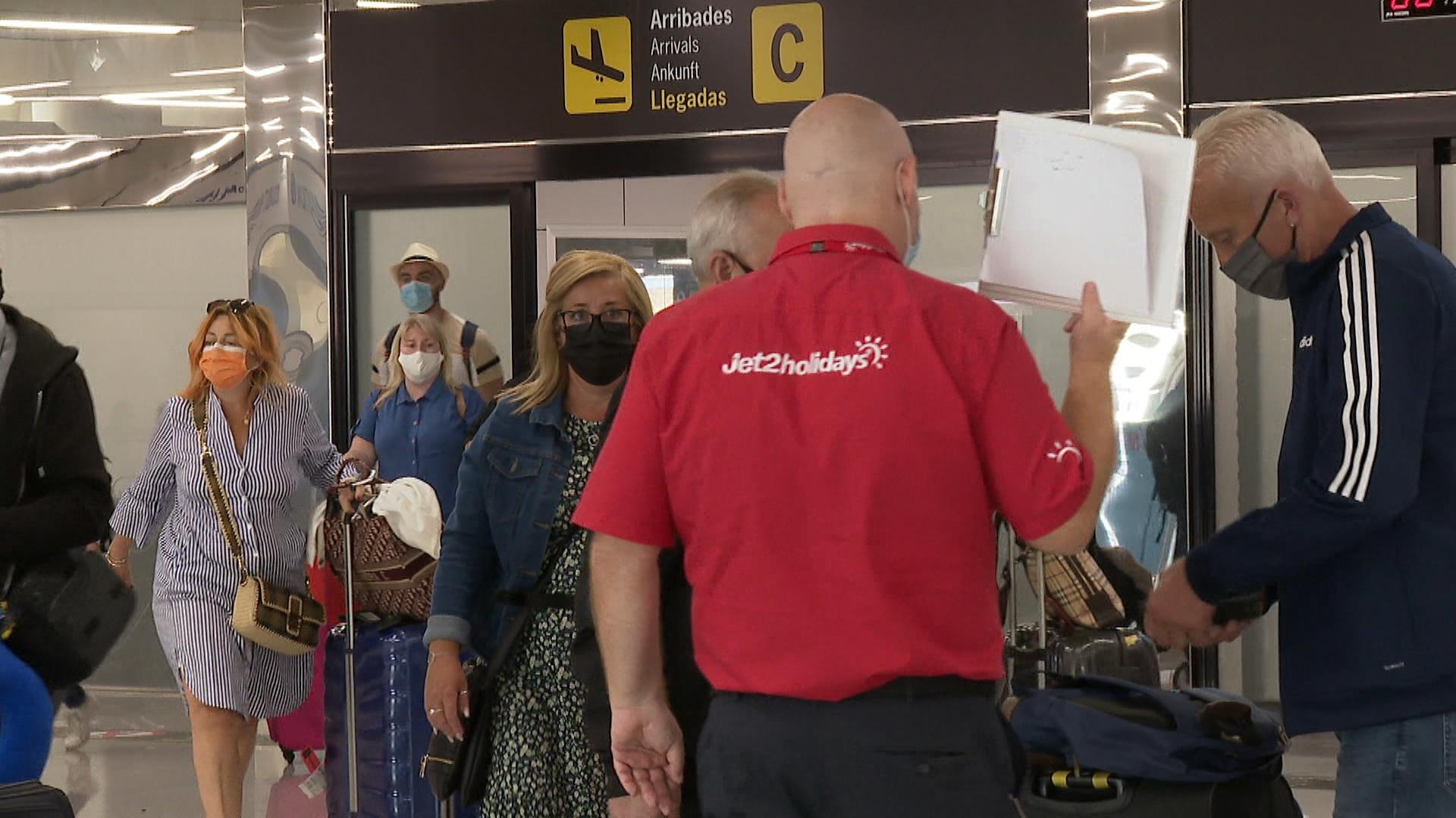 Arriben+els+primers+passatgers+brit%C3%A0nics+als+aeroports+de+les+Illes