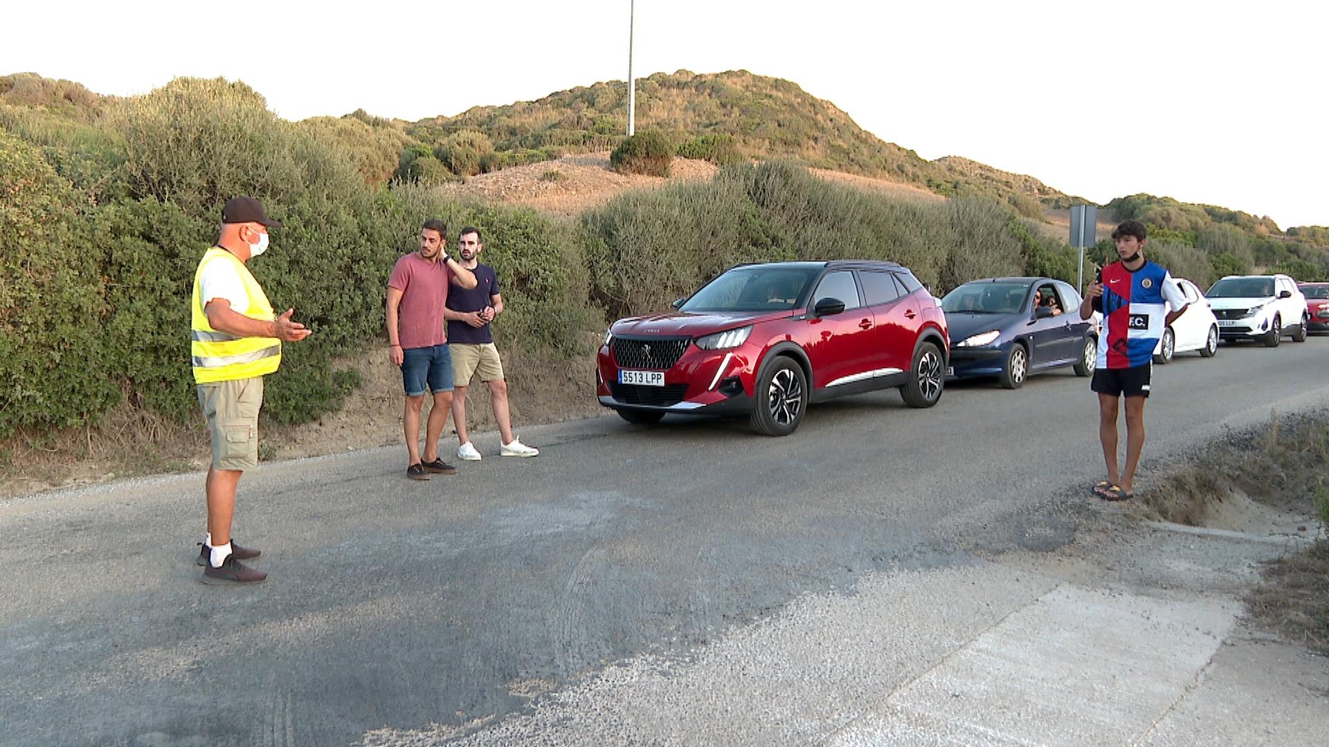 El+caos+de+cotxes+a+la+posta+de+sol+del+far+de+Cavalleria+obliga+a+tallar+el+cam%C3%AD+al+tr%C3%A0nsit