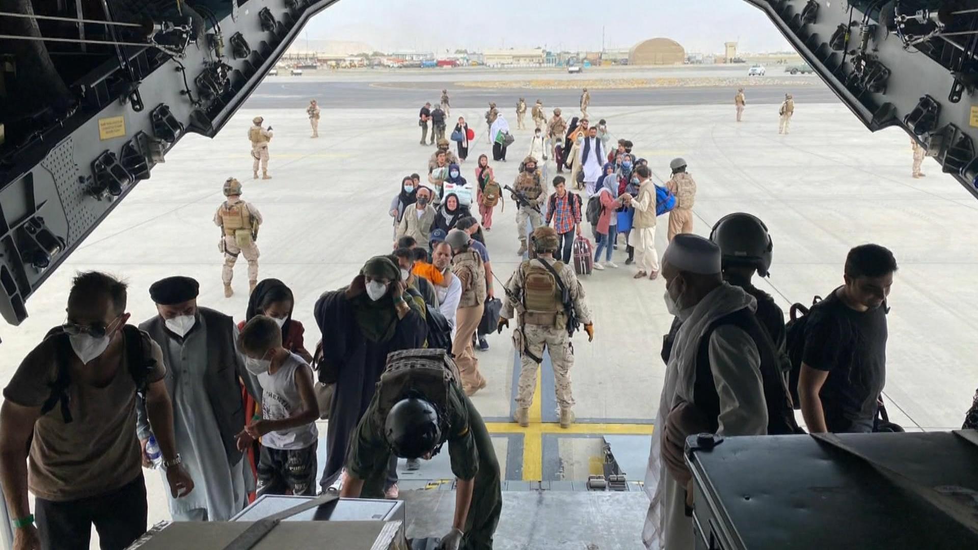 Un+primer+avi%C3%B3+espanyol+surt+de+Kabul+mentre+els+talibans+comencen+a+conformar+un+nou+govern