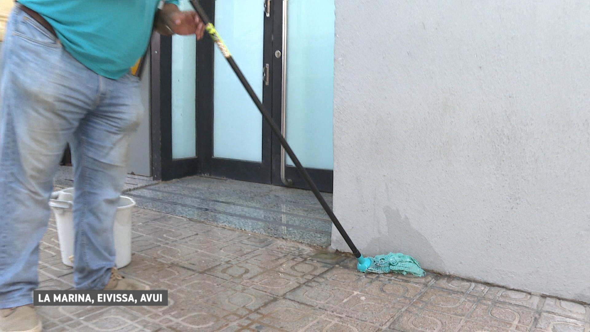 Els+comerciants+de+la+Marina+protesten+amb+graneres+i+poals