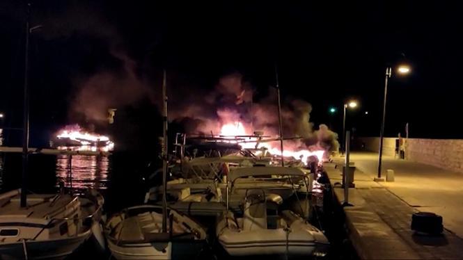 L%26apos%3Bincendi+de+dues+embarcacions+provoca+el+tancament+del+port+p%C3%BAblic+de+Portopetro