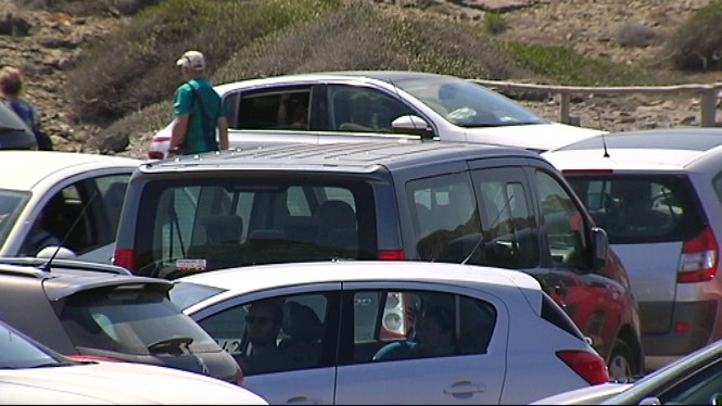 Els+aparcaments+de+les+platges+de+Menorca+s%C3%B3n+plens+a+vessar+de+vehicles