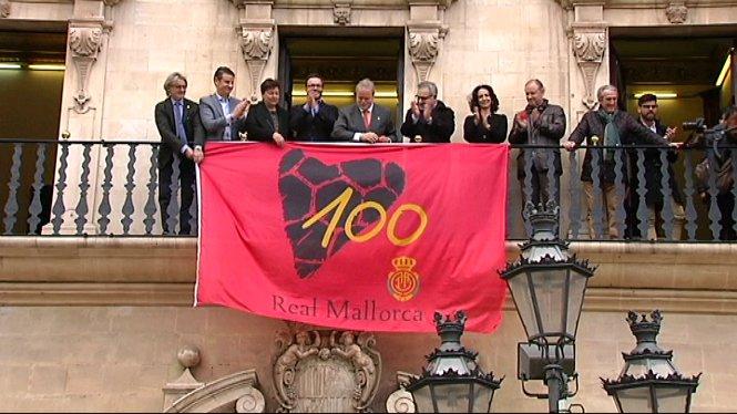 La+bandera+del+centenari+del+Reial+Mallorca+ja+penja+de+la+fa%C3%A7ana+de+Cort