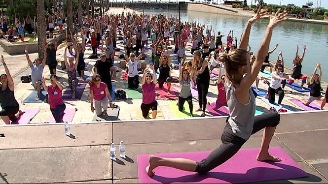 Centenars+de+persones+fan+ioga+a+Palma+amb+Veronica+Blume
