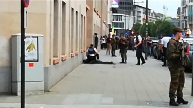 Un+home+mor+tirotejat+a+Brussel%C2%B7les+despr%C3%A9s+d%27atacar+dos+soldats+amb+una+espasa