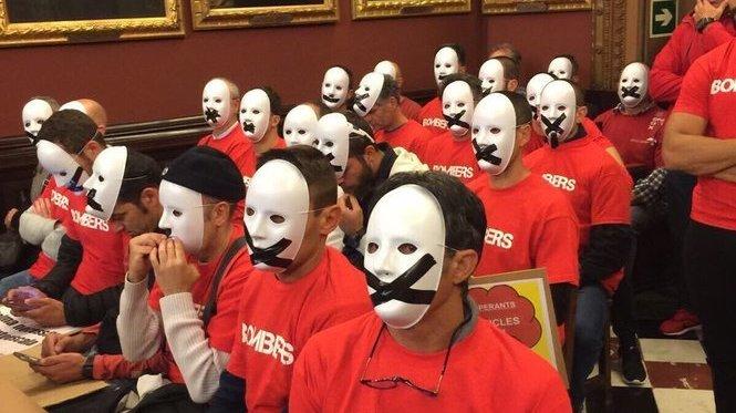 Els+Bombers+de+Palma+protesten+en+silenci+al+ple+de+Cort
