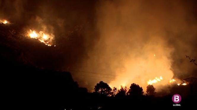 Vent+eixut+i+poca+humitat%2C+els+detonants+d%27un+incendi+descontrolat+al+port+de+Pollen%C3%A7a