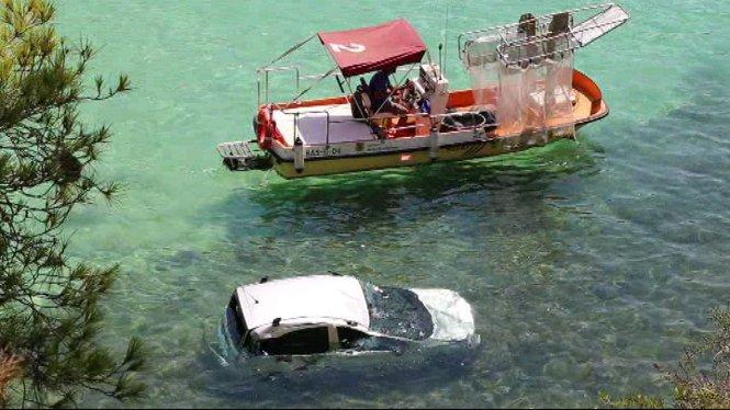 Un+cotxe+cau+a+la+mar+des+d%27una+altura+de+30+metres+a+Portals+Vells