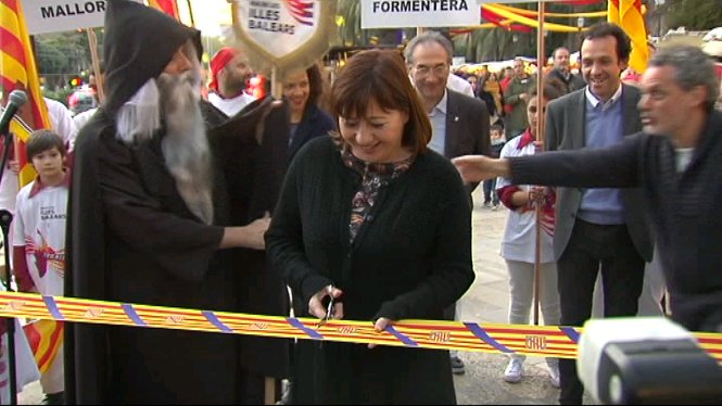La+presidenta+Armengol+ha+tallat+la+cinta+de+la+fira+que+d%C3%B3na+el+sus+als+actes+per+commemorar+el+Dia+de+les+Illes+Balears