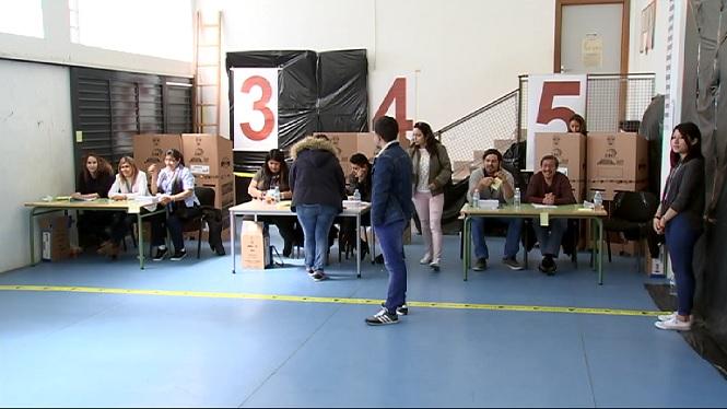 M%C3%A9s+de+5.600+equatorians+residents+a+les+Illes+voten+per+elegir+al+seu+nou+president