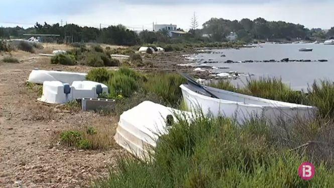 L%27Estany+des+Peix+de+Formentera%2C+un+espai+p%C3%BAblic+protegit+amb+barques+abandonades